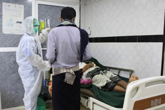 مصابان بكورونا في اليمن يستعينان بمسلحين للهروب من مركزي العزل الصحي