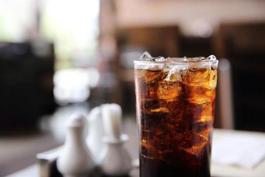 المشروبات الغازية تؤدي إلى تراكم الدهون على الكبد - فيديو
