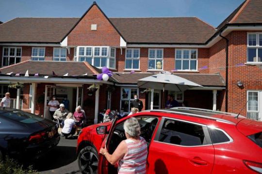 دار للمسنين في بريطانيا تنظم زيارات آمنة من السيارة