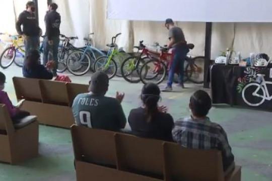 العاملون في المكسيك يحصلون على دراجات لمواجهة التمييز.