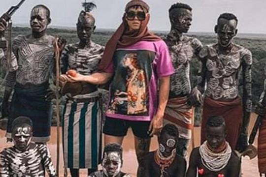صور صادمة لمصمم أزياء يبيع حقيبة يد مصنوعة من عمود فقري بشري