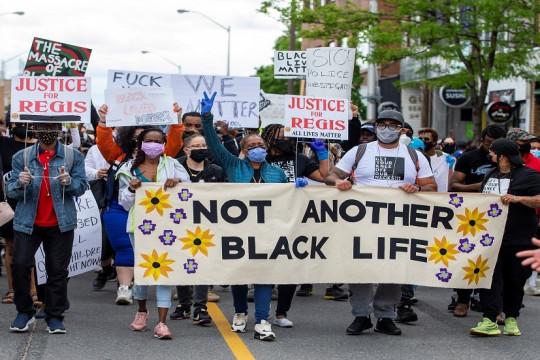 العنوان:آلاف المتظاهرين ضد العنصرية في مدينة تورونتو الكندية