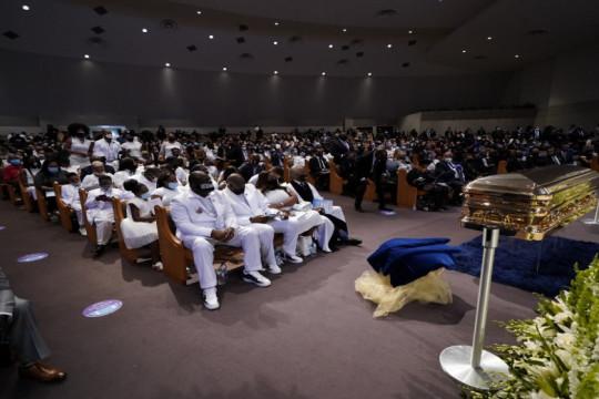 في جنازة حضرها سياسيون ونشطاء حقوقيون هيوستن تودع فلويد