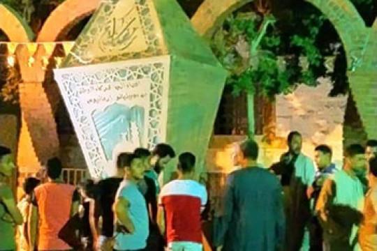 شاب قبطي داخل قرية مصرية يُهدي مُسلمي قريته فانوساً كبيراً احتفالاً بشهر رمضان المُبارك