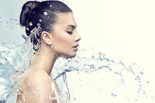 ما الذي يفعله نقص الماء في البشرة؟