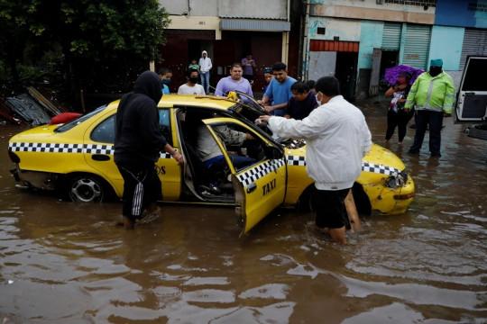 عاصفة استوائية تضرب السلفادور وغواتيمالا