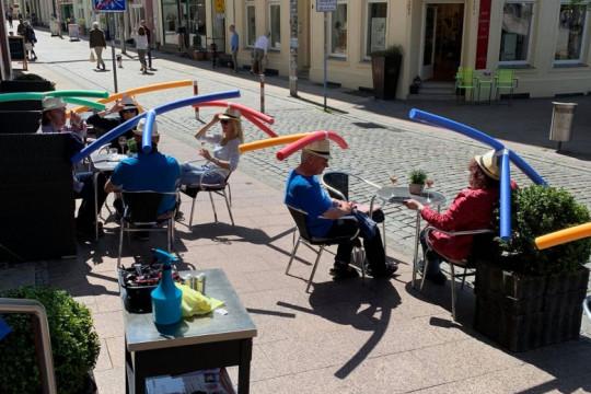 توزيع عصي سباحة على زبائن مقهى ألماني لتحقيق التباعد الاجتماعي