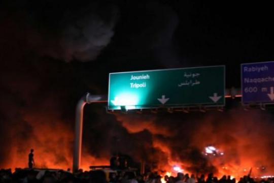 السلطات اللبنانية تتعهد بضخّ الدولار وسط احتجاجات غاضبة