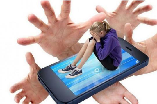 من الصعب علاج الآثار النفسية الناجمة عن التنمر الإلكتروني.