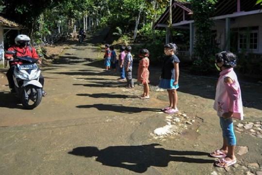 مدرّسون في إندونيسيا على الطرقات لتعليم أطفال محرومين من المدرسة