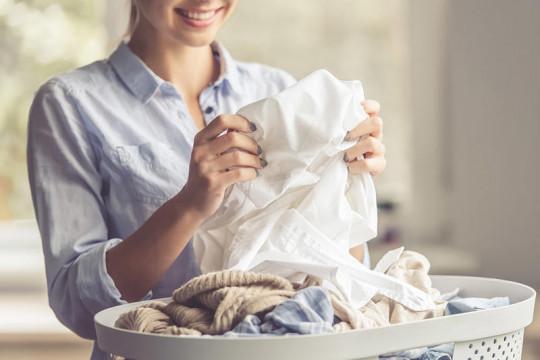 طرق عديدة لإزالة بُقع الدم عن الملابس