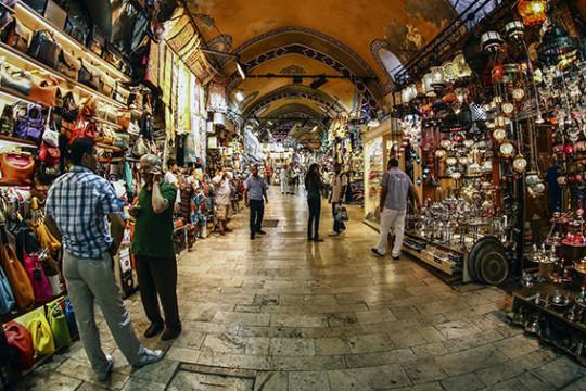 البازار الكبير في اسطنبول يستعد لمعاودة استقبال المتسوقين بعد إغلاق أليم