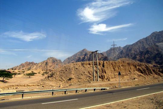 خبراء يتوقعون ارتفاع أعداد الحوادث على الطريق الصحراوي بعد الانتهاء من صيانته - فيديو