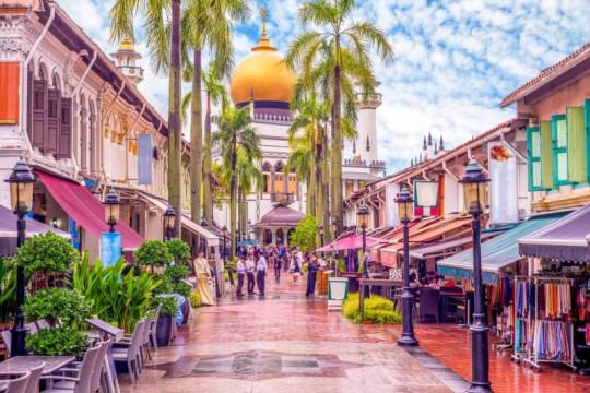المقاهي والمتاجر في سنغافورة تعيد فتح أبوابها