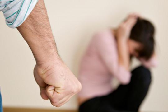 زوجة تطالب بحبس زوجها: بخيل وبيفصل الكهرباء والمياه أثناء غيابه عن المنزل