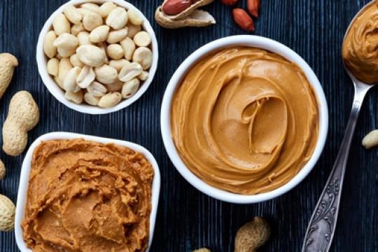 زبدة الفول السوداني تحتوي على نسبة جيدة من الفوائد الغذائية